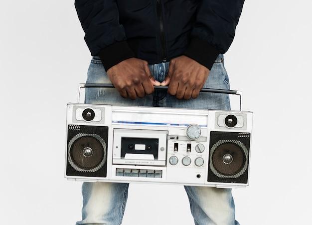 Homme tenant une boombox