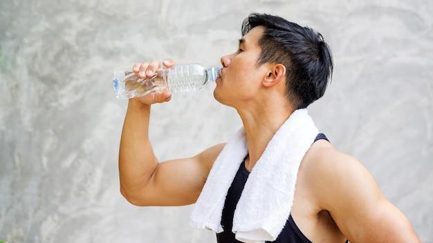 Homme tenant une bouteille d'eau.