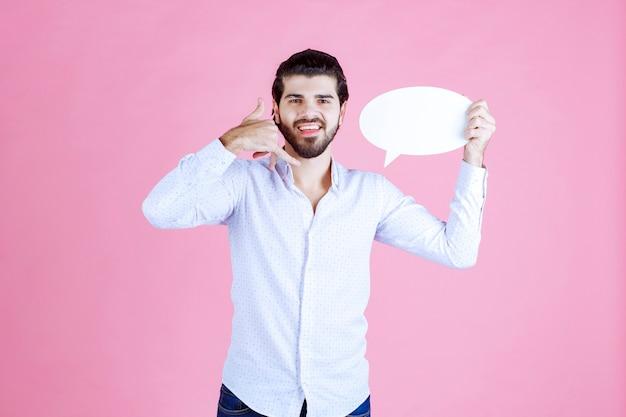 Homme tenant une bulle ovale et demandant un appel.