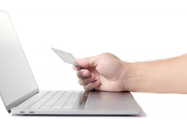Homme tenant une carte de crédit sur ordinateur portable isolé e concept