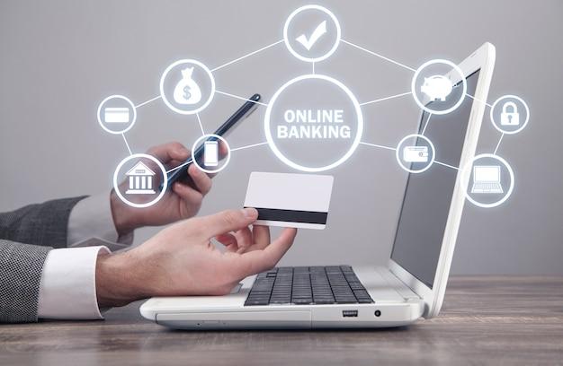 Homme tenant une carte de crédit et utilisant un smartphone. services bancaires en ligne. affaires. l'internet. la technologie