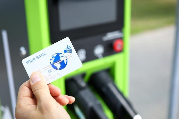 Homme tenant une carte de crédit