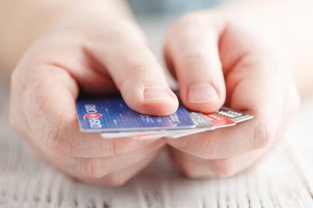 Homme tenant des cartes de débit