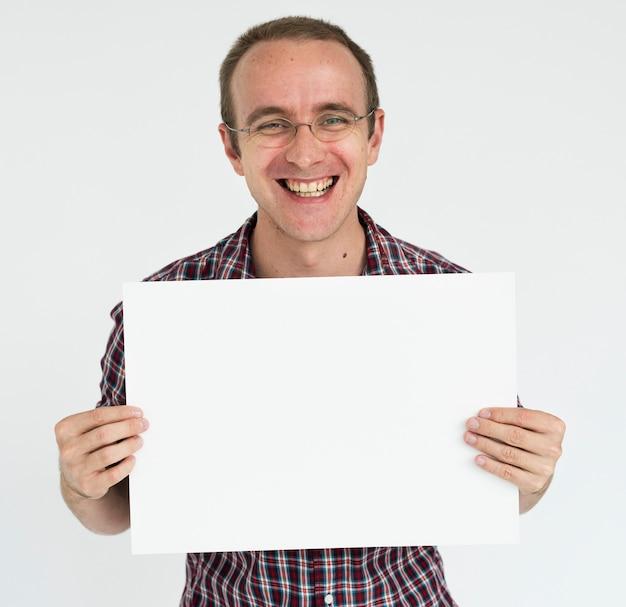 Homme tenant un concept de plaque vierge blanche