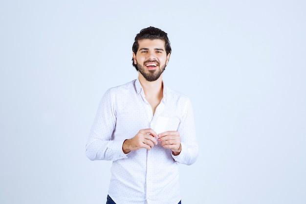 Homme Tenant Et Démontrant Sa Carte De Visite Aux Nouveaux Partenaires Photo gratuit