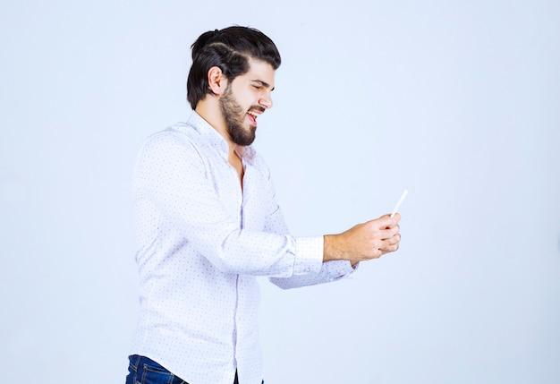 Homme tenant et démontrant sa carte de visite aux nouveaux partenaires