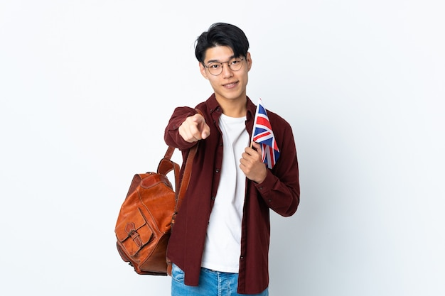 Homme tenant un drapeau britannique isolé vers l'avant avec une expression heureuse