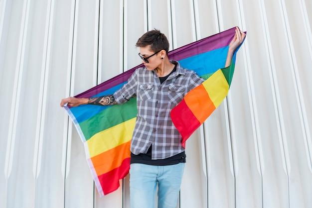 Homme tenant un drapeau lgbt