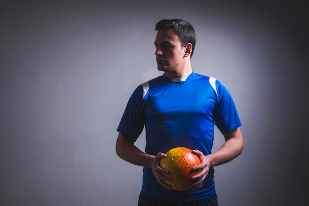 Homme tenant le football