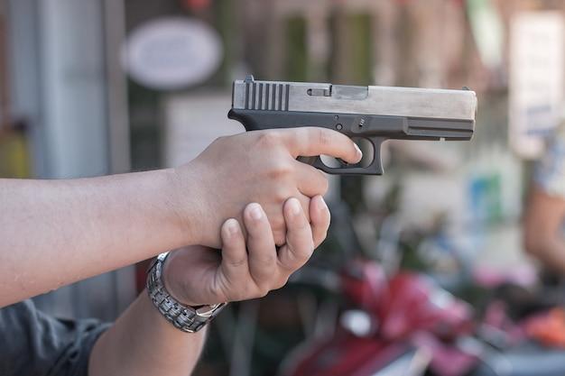 Homme tenant un fusil prêt à tirer