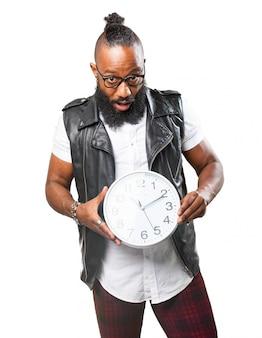 Homme tenant une grande horloge