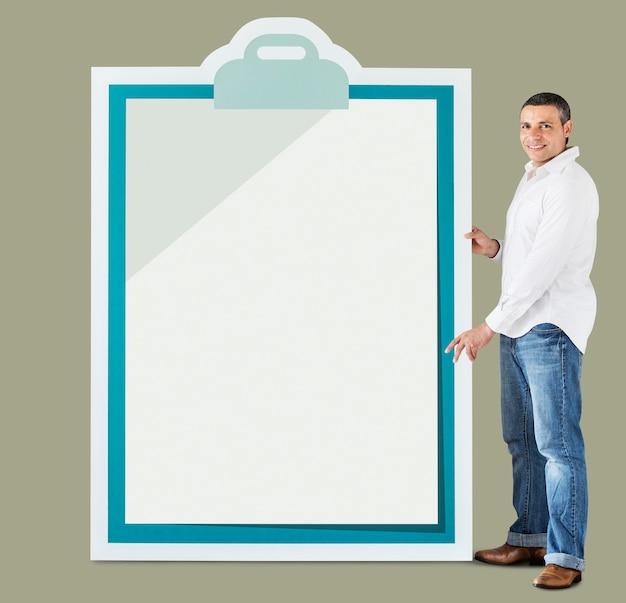 Homme tenant une grande maquette de presse-papiers