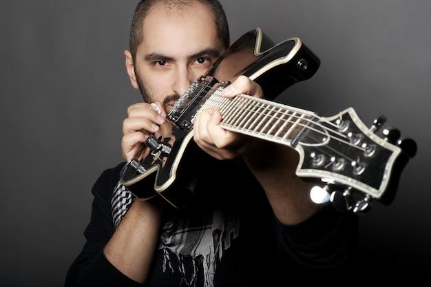 Homme tenant une guitare