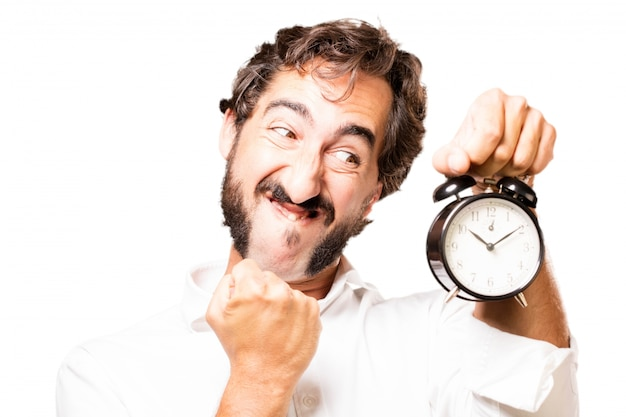 Homme tenant une horloge d'alarme