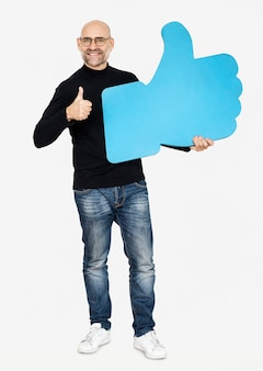 Un homme tenant une icône de pouce levé