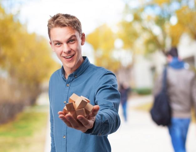Homme tenant un jeu d'intelligence en bois