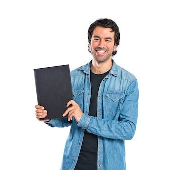 Homme tenant un livre sur fond blanc