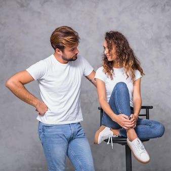 Homme tenant la main sur la hanche et regardant une femme