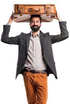 Homme tenant une mallette