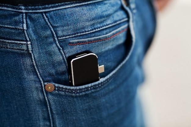 Homme tenant un mini adaptateur pour ordinateurs portables et mémoire flash