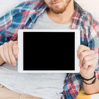 Homme tenant un modèle de tablette