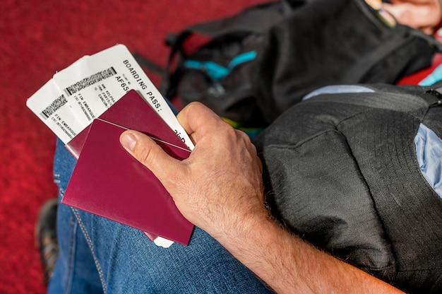 Homme tenant des passeports et passeport d'embarquement à l'aéroport. photo de haute qualité