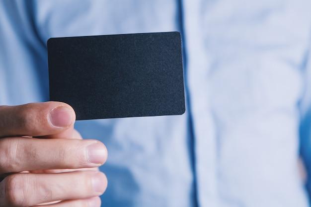 Homme tenant un petit papier à la main