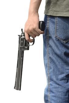 Homme tenant un pistolet
