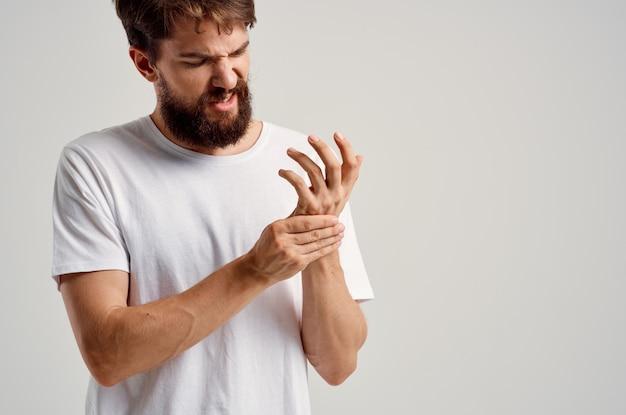Homme tenant un problème de santé de blessure à la main