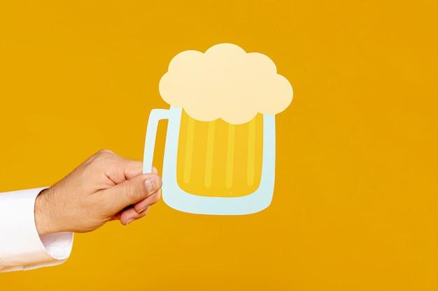 Homme tenant une réplique de pinte de bière