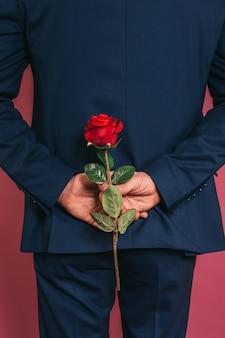 Homme tenant une rose