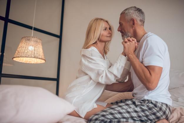 Homme tenant sa main de femme et à la romantique