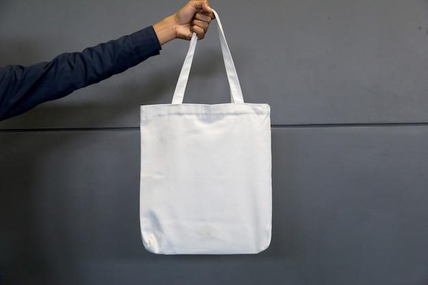 Homme tenant un sac en tissu pour maquette, concept d'écologie.