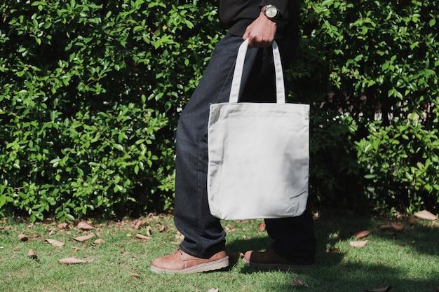 Homme tenant un sac en tissu de toile pour maquette, concept d'écologie.