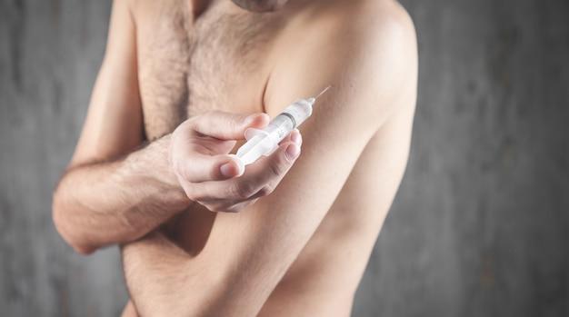 Homme tenant la seringue. faire l'injection