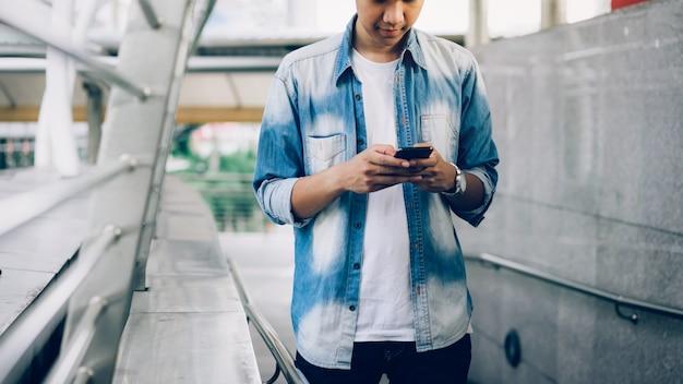 Homme tenant un smartphone. en utilisant un téléphone portable sur le style de vie. technologie pour le concept de communication.
