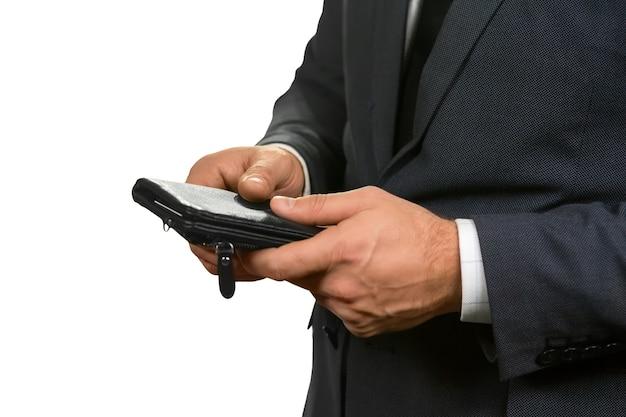 Homme tenant son portefeuille. résoudre le problème avec une seule touche. la richesse dans une affaire. une chose agréable à avoir.