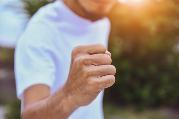 Homme tenant le succès de la main