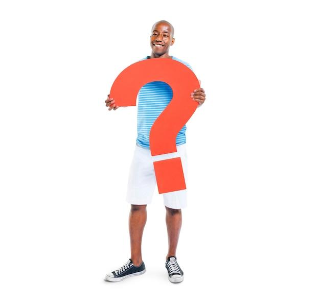 Homme tenant un symbole de point d'interrogation