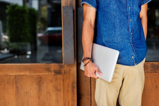 Homme tenant tablet lifestyle concept