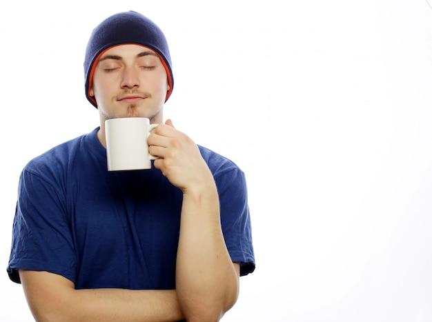 Homme tenant une tasse blanche avec du café