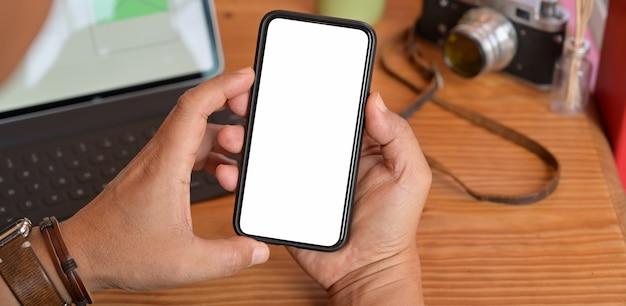 Homme tenant un téléphone intelligent mobile à écran blanc