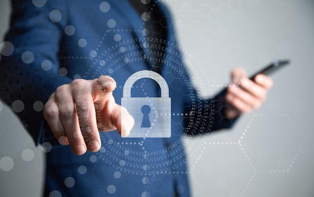 Homme tenant un téléphone avec serrure. concept internet et réseau de cybersécurité