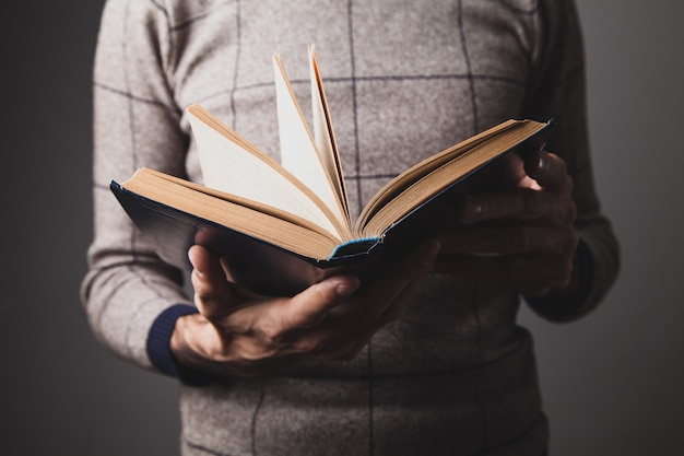 Un homme tenant un vieux livre