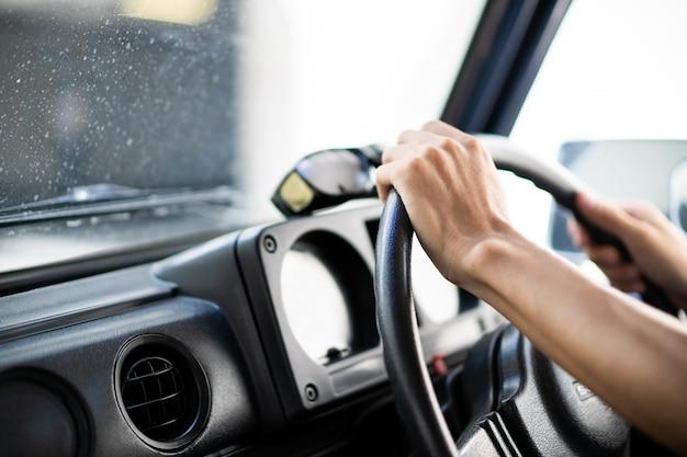 Homme tenant le volant de voiture se bouchent. concept de conduite sécuritaire et d'entretien automobile.