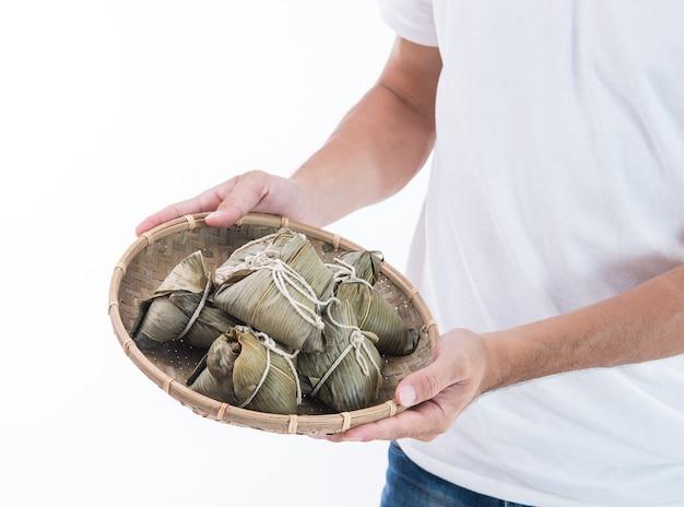 Un homme tenant zongzi, boulette de riz pour dragon boat festival