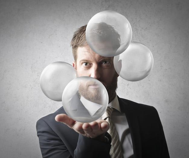 Homme tenir une sphère