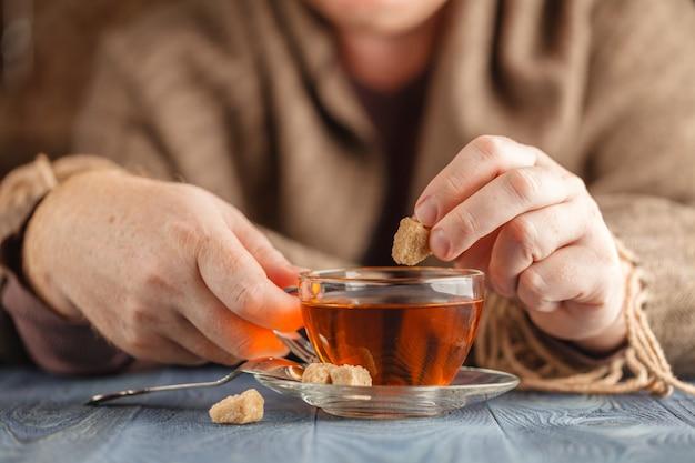 Homme tenir une tasse de thé chaud