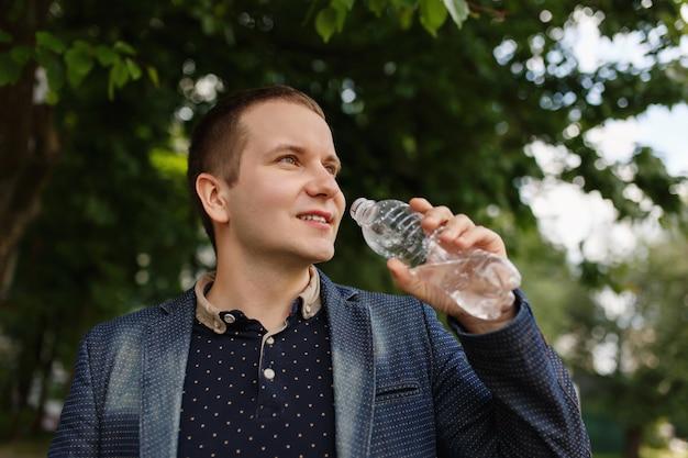 Homme, tenue, bouteille, eau, parc