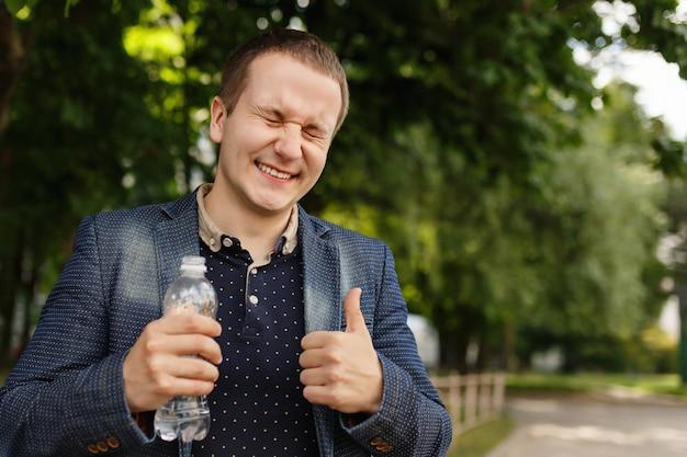 Homme, tenue, bouteille, eau, vert, écologie, fond